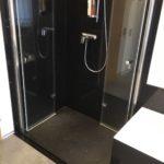Die unsichtbare Dusche mit klappbaren Glaswänden