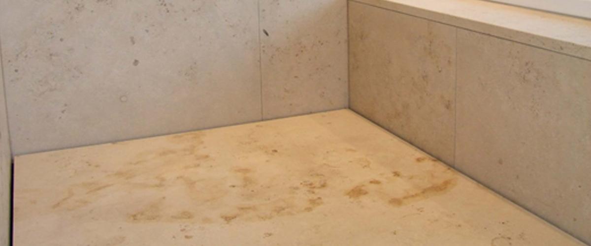 Besonders Die Offene Fugenlose Dusche Fällt Direkt Ins Auge Und Ist  Geschickt Mit Der Badewanne Kombiniert Und Verbunden. In Der Badewanne  Hängen Keine ...