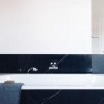 Badewanne mit schwarzen Fliesen