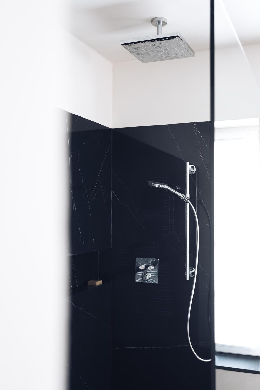Dusche aus schwarzen Fliesen