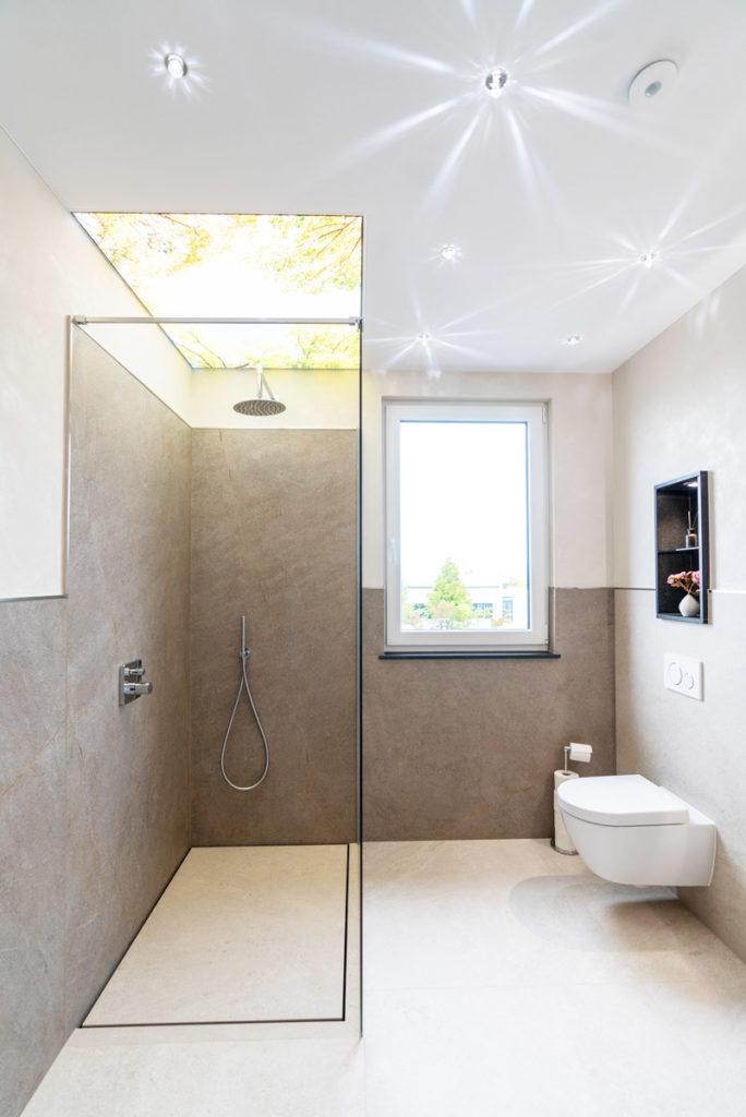 Geflieste Duschen ohne Gefälle & mit großen Fliesen baqua