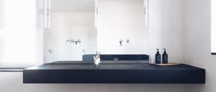 Flacher Waschtisch mit Doppelbecken