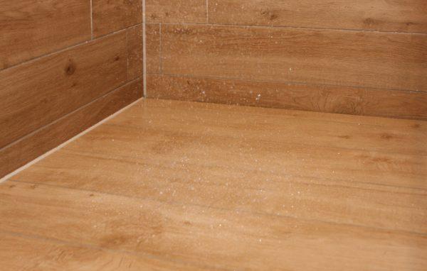Bestellen Sie Ihre individuelle Duschrinne Der neue Clou aus dem Hause Klein. Lediglich eine schmale Fuge an der Wand lŠsst Ihr Duschwasser abflie§en. Minimalistisches Design, das jeden Betrachter verblŸffen lŠsst. Dieser Ablauf wird individuell auf Ihre Duschsituation zugeschnitten, von der LŠnge der Rinne bis zur Position des Ablaufs. Dieses Duschrinnensystem erlaubt dem GefŠlleboden die Bekleidung mit einer ganzen Natursteinplatte oder einer ganzen gro§formatigen Fliese mit nur einem Zuschnitt. Keine oder wenige Fugen bedeuten nicht nur eine erhšhte Pflegeleichtkeit, sondern verleihen Ihrem Duschboden eine besondere €sthetik. Das exakt auf Ma§ angelegte Rinnensystem kann auch problemlos in den Duscheingangsbereich gesetzt werden, dadurch kann zusŠtzliche Aufbauhšhe gewonnen werden. Genie§en Sie viele weitere Vorteile gegenŸber eines handelsŸblichen Rinnensystems. Genie§en Sie Klein Design.